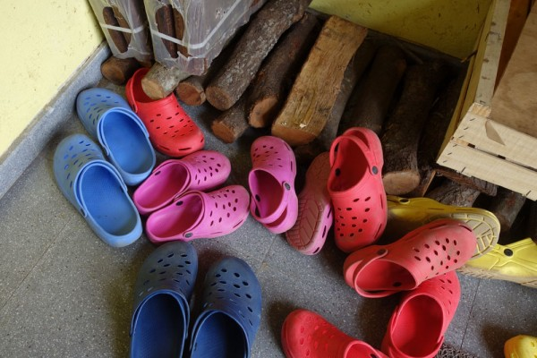 Day 43. Juclar hostel: crocs and shop-bought logs!
