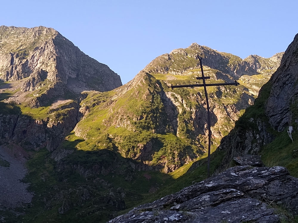Forlorn cross half-way down the Ossèse valley. The path from the pass traverses the slope just above the arm of the cross before diving into the valley